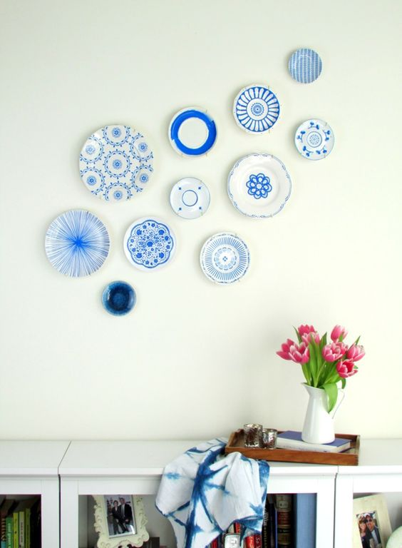 Detalle pared decorada con platos en blanco y azul