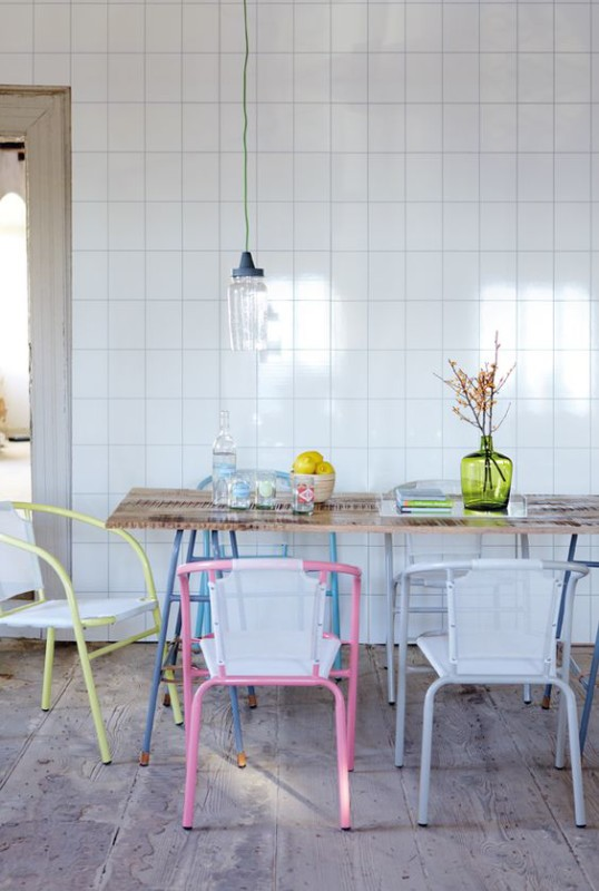 tendencias_de_decoración_para_el_verano_2016_espacio_office_con_sillas_color_pastel